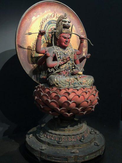 重要文化財の《愛染明王坐像》を左側から撮影
