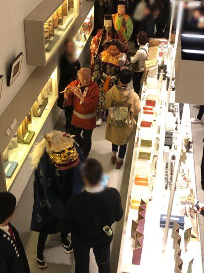 獅子舞が練り歩く正月の東京国立博物館ミュージアムショップ店内