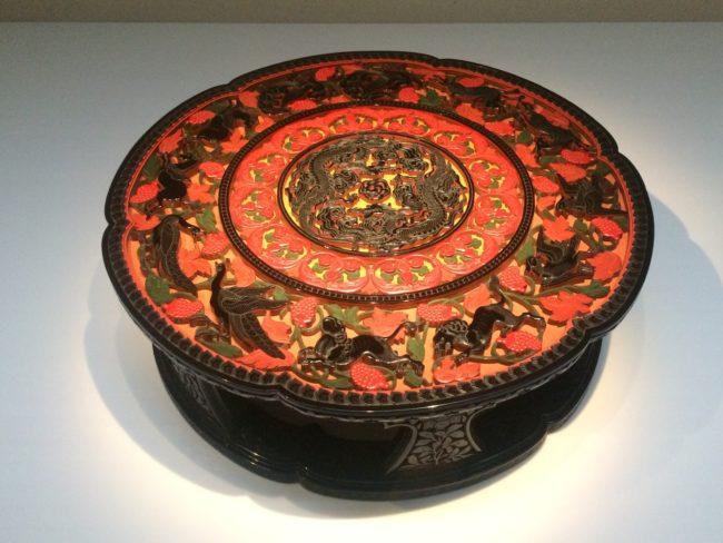 二十代堆朱楊成《彫漆六華式平卓》