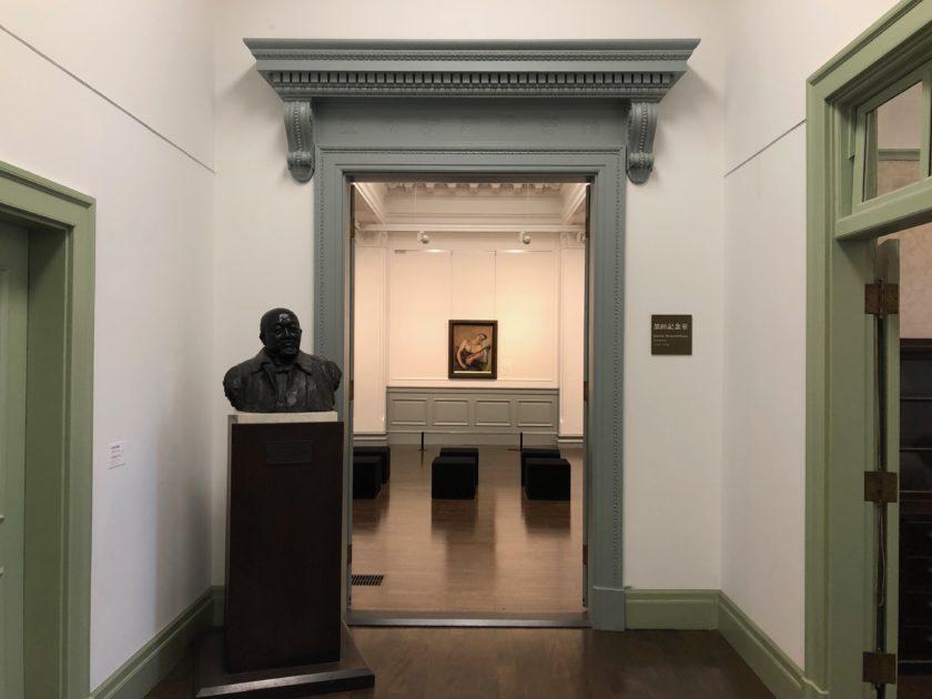 黒田記念室入口、左手前には高村光太郎作《故子爵黒田清輝胸像》